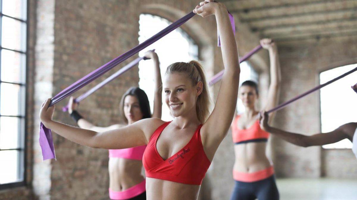 Taśma do ćwiczeń, guma, czy ekspander – co kupić? Wybieramy najlepszą gumę elastyczną do ćwiczeń