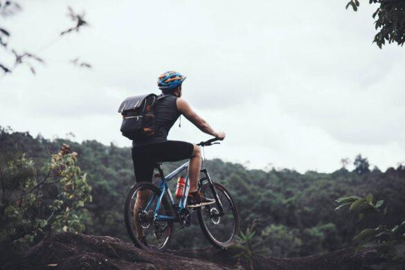 mężczyzna na rowerze w górach